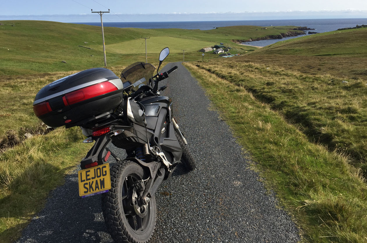 John Chivers' Zero DSR electric motorcycle on the approach to Skaw Beach, Unst, Shetland, on 23/08/2017